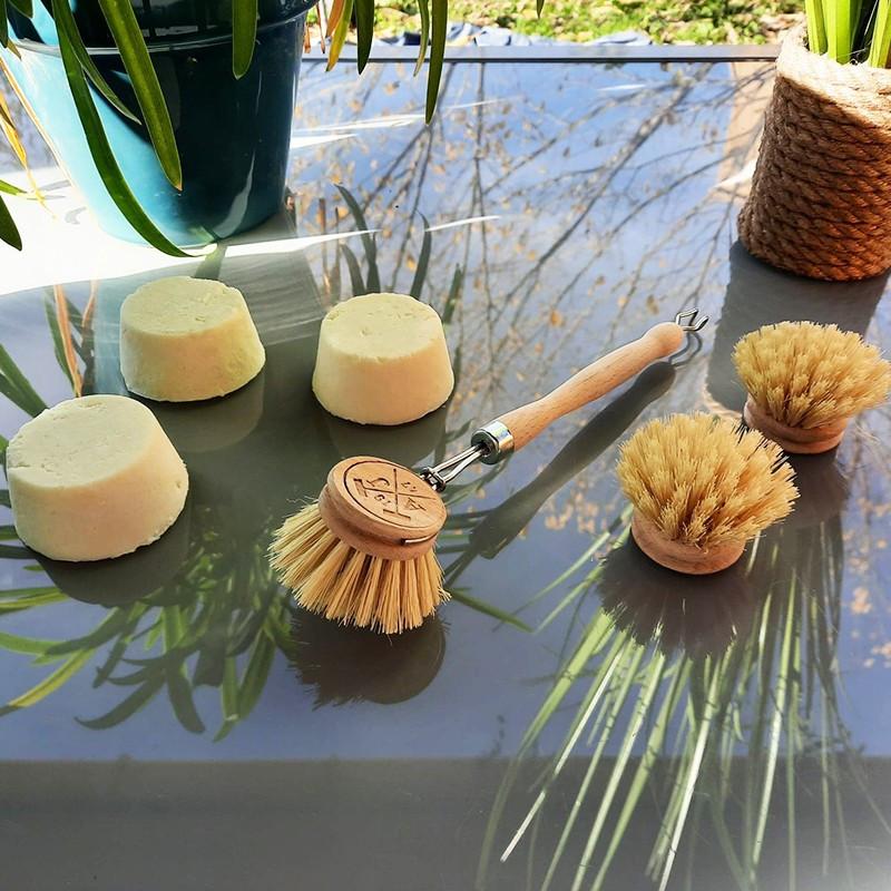 Panier Zen, 3 savons Le Castillan, porte-savon en bois, serviette visage brodée, pochette en lin français et sac en jute.
